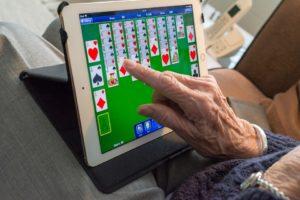 Tablety mohou seniorům výrazně usnadnit život.